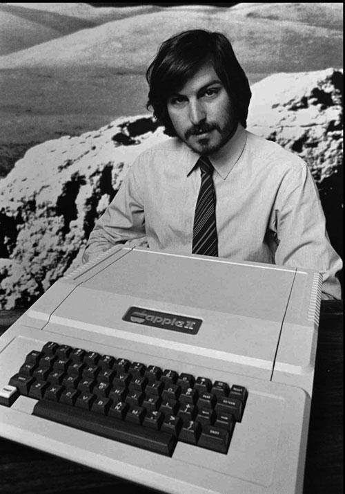 1977 – استیو جابز از بنیانگذاران اپل، کامپیوتر شخصی Apple II را در شهر کوپرتینو کالیفرنیا رونمایی می کند.