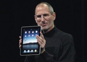 2011 – استیو جابز در دوم مارس 2011 در مراسمی در سانفرانسیسکو محصول جدید اپل، iPad 2 را معرفی می کند