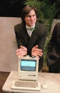 1984 – استیو جابز رئیس هیئت مدیره اپل، در گردهمایی سهامداران این شرکت در کوپرتینو، کامپیوتر شخصی «مکینتاش» را رونمایی می کند