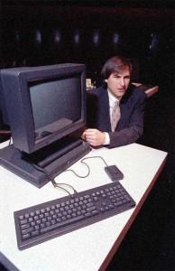 1990 – استیو جابز، مدیرعامل شرکت کامپیوتری نکست (NeXT) کامپیوتر اداری NeXTstation را در شهر سانفرانسیسکو و برای عموم رونمایی می کند